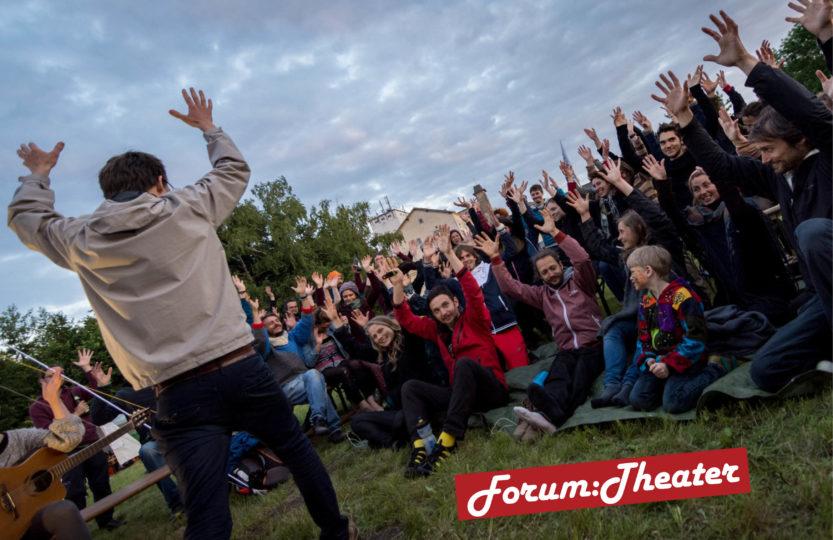 Eine aufgewärmte Menge bei einem Forumtheaterstück