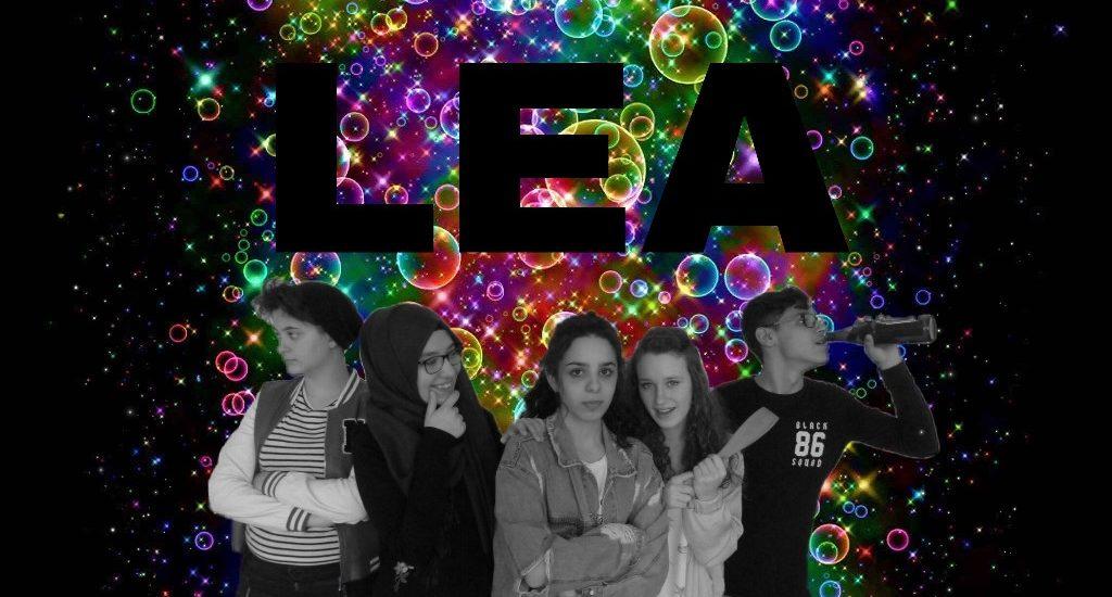 """Eine Gruppe Jugendlicher als Schauspielende vor bunten Blasen, Titel """"LEA"""""""